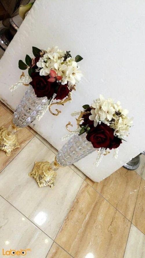 مزهرية وفازة ورد اصطناعي ورد ابيض واحمر قاعدة من زجاجي ولون ذهبي