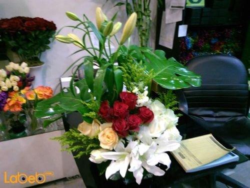 مزهرية ورود طبيعية مع قاعدة زجاج أبيض أحمر وبرتقالي