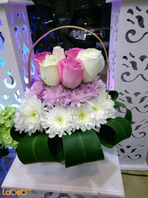 Natural roses bouquet with wooden base