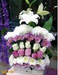 بوكية ورود طبيعية مع قاعدة خشبية - لون أبيض وزهري - زنبق جوري وقرنفل