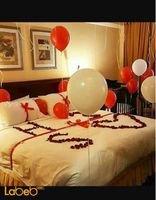 زينة لغرفة العرسان ورود طبيعية بالونات شموع لون أحمر وأبيض